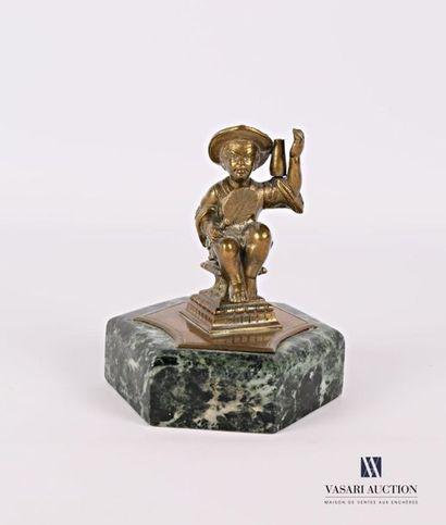 Sujet en bronze figurant un personnage sinisant...