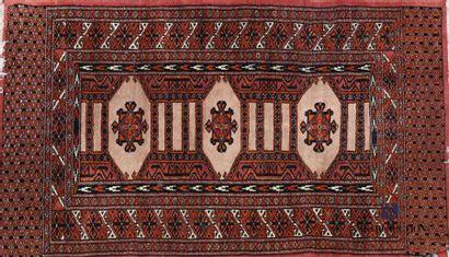 Descente de lit en laine à décor de trois...