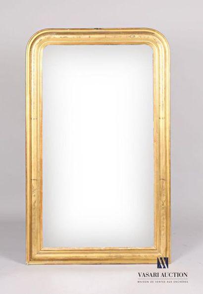 Miroir en bois et stuc mouluré et doré à...