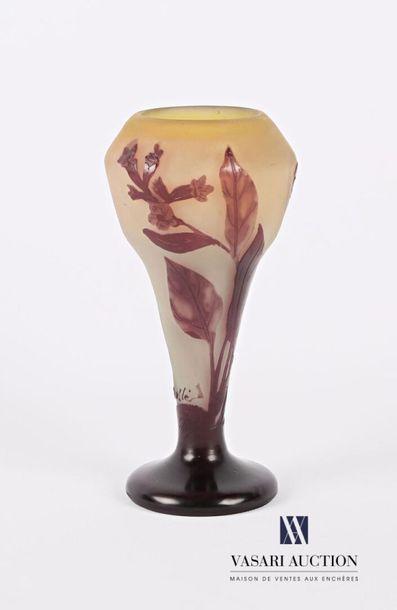 GALLE Vase sur piédouche en verre multicouche...