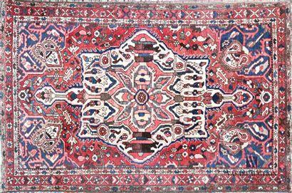 IRAN Tapis en laine à décor d'un losange...
