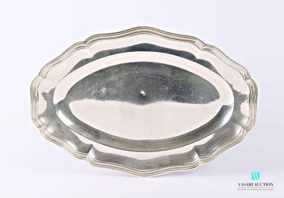 Plat de forme ovale en argent, la bordure...