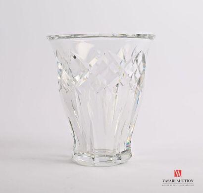 BACCARAT Vase en cristal à décor de dards...