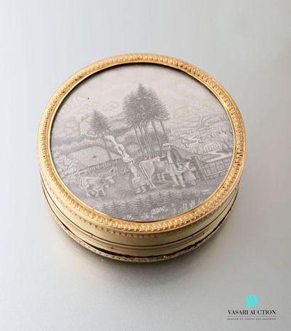 Boîte ronde en bois et or, ornée d'un dessin...