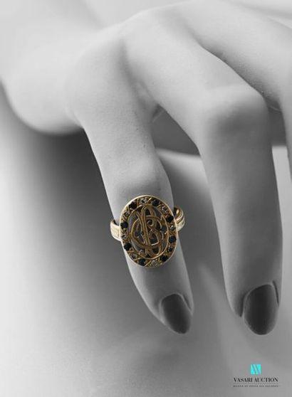 Bague en or jaune 750 millièmes, motif ovale...