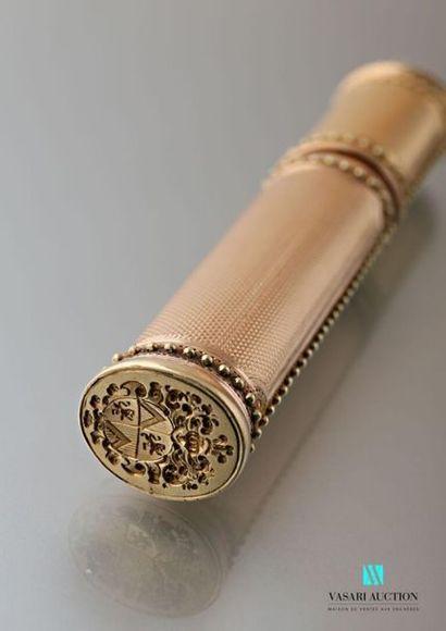 Etui à cire en or jaune et rose 750 millièmes à décor guilloché dans des réserves...