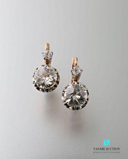 Paire de dormeuses en or 750 millièmes serties chacune de deux diamants taille ancienne,...