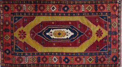 Tapis en laine à décor d'un médaillon central...