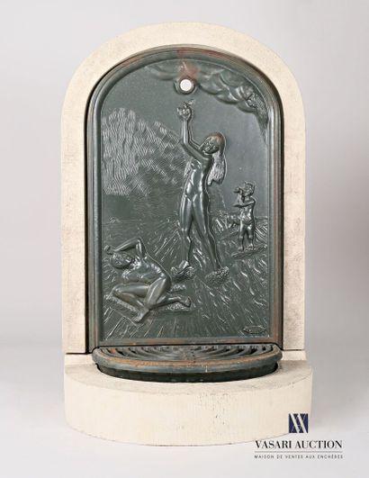 Fontaine borne en pierre et fonte peinte...