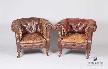 Paire de fauteuils style Chesterfield en...