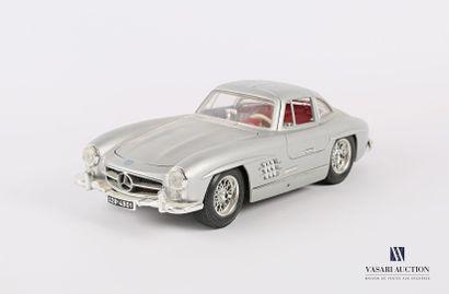 BURAGO (Italie)  Voiture 1/18 Mercedes 300...