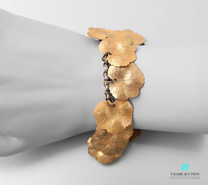 Bracelet en métal doré à mailles soutenant...