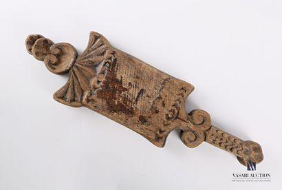 Baratte en bois à décor sculpté de volutes,...