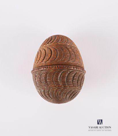 Etui à chapelet en noix de corozo sculptée...