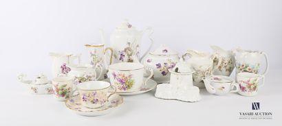 Lot en porcelaine dépareillé à décor de fleurs...