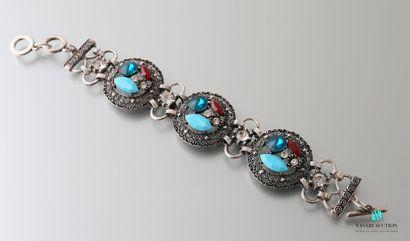Bracelet orné de trois médaillons sertis...