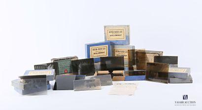 Ensemble de quinze boites contenant des plaques...