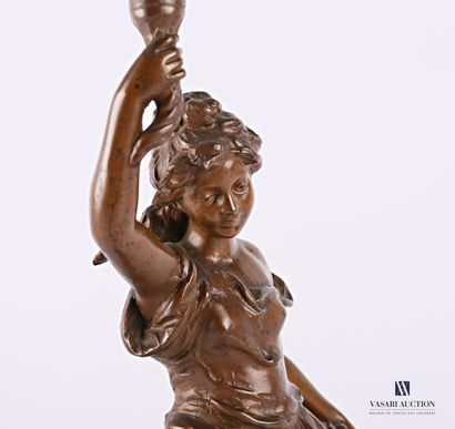 Lampe à pétrole posant sur un socle en bois mouluré et patiné à l'imitation du marbre,...