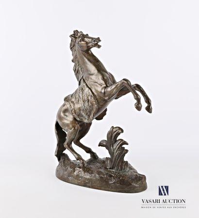 Sujet en régule à patine gris-marron représentant un cheval cabré sur une terrasse...