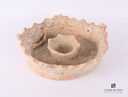 Bougeoir ? en terre cuite de forme ronde,...