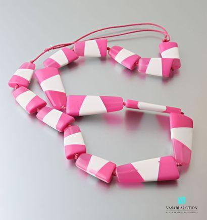 Sautoir orné de motifs libres en plastique...