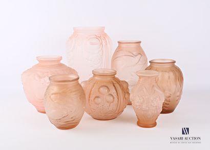 Lot comprenant sept vases en verre moulé...