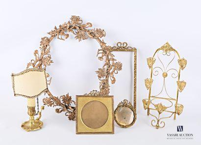 Lot en métal doré comprenant un bougeoir...