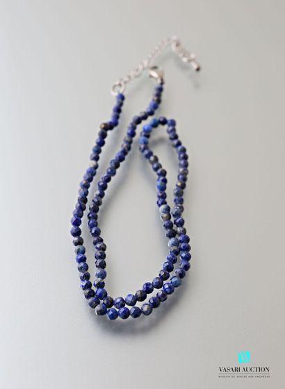 Fin collier en perles de lapis lazuli facetté,...