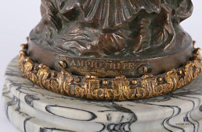 Lampe à pétrole posant sur un socle en marbre gris veiné, le fût en régule à patine...