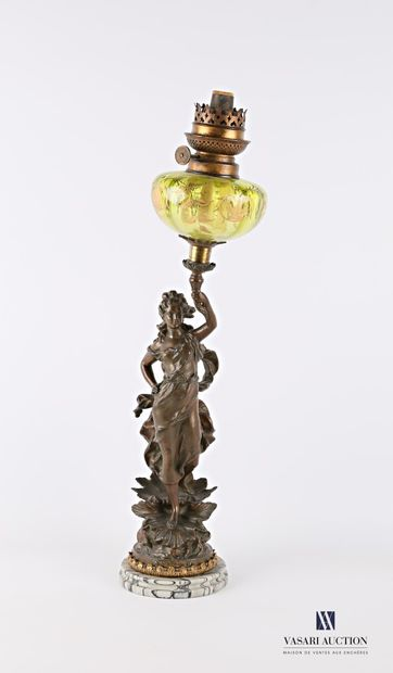 Lampe à pétrole posant sur un socle en marbre...