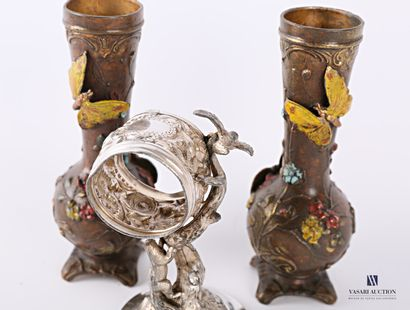 Lot en régule comprenant un support de montre argenté à décor de fleurs, écureuils...