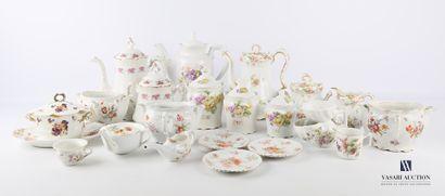 Lot en porcelaine à décor polychrome et rehauts...