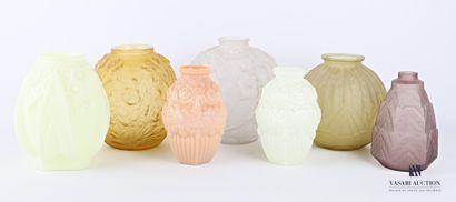 Lot en verre moulé comprenant sept vases...