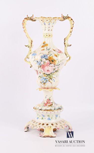Vase et son support en faïence blanche à...