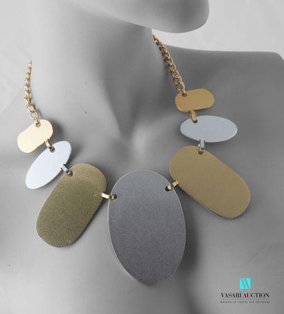 Collier en métal doré et argenté figurant...