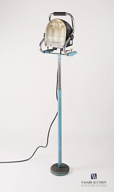 Projecteur à lampe, la tête présente une...