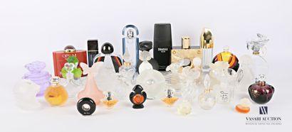 Lot de trente cinq flacons de parfum en verre...