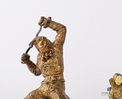 Lot de trois sujets en régule à patine dorée, le premier représentant Arlequin tendant...