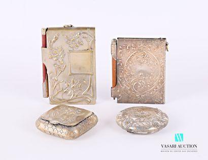 Lot en métal argenté à décor de fleurs et...