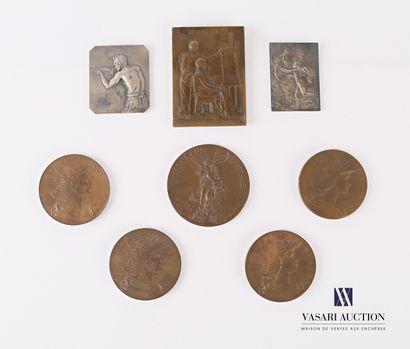 Lot comprenant huit médailles en bronze et...