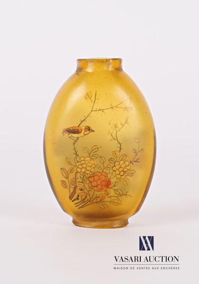 Tabatière en verre ambré de forme ovoïde,...