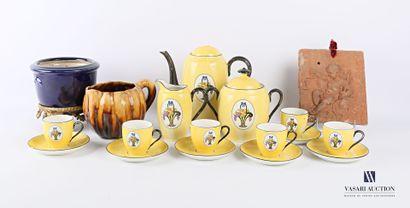 Lot comprenant un service en porcelaine jaune...