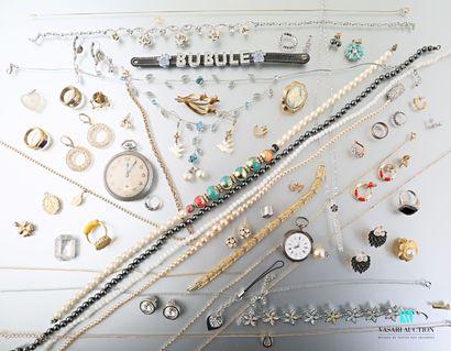 Lot de bijoux fantaisie comprenant, boucles...