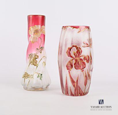 Vase de forme oblongue en verre givré à décor...