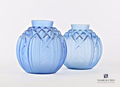 Paire de vases en verre bleu moulé à décor...