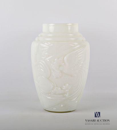 Vase en verre opalin de forme ovoïde à décor...