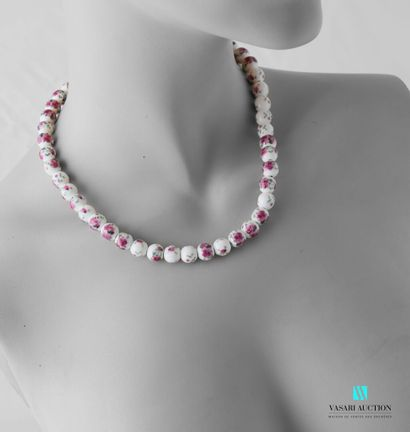 Collier en perles de céramique à décor de...
