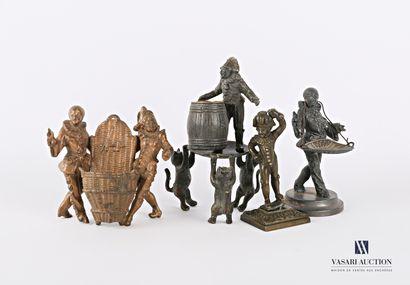 Lot de quatre sujets en régule et bronze représentant des scènes avec Polichinelle...