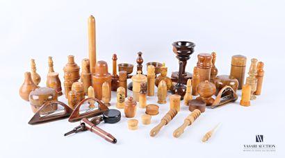 Lot d'objets en bois naturel et tourné tel...