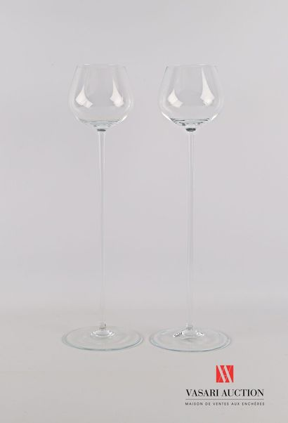 Paire de verres à pied d'exposition en verre...